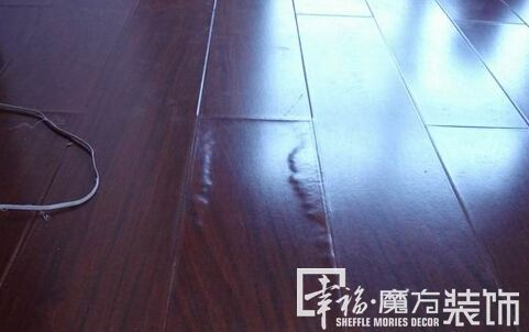 龙骨的握钉力减弱,木地板榫槽间连接松动,过度潮湿使木地板横向膨胀